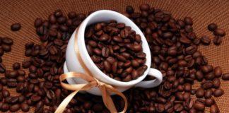 зерна кофе в стакане