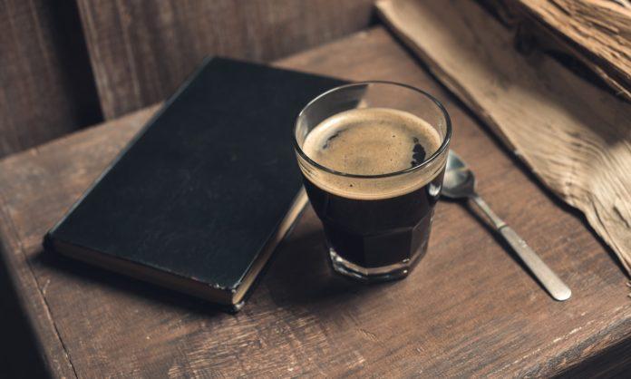 стакан с книгой