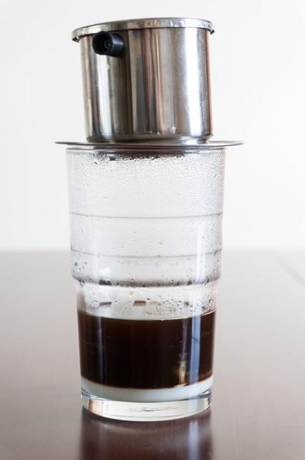 кофе поверх сгущенного молока