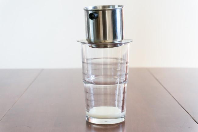 сгущенное молоко в стакане